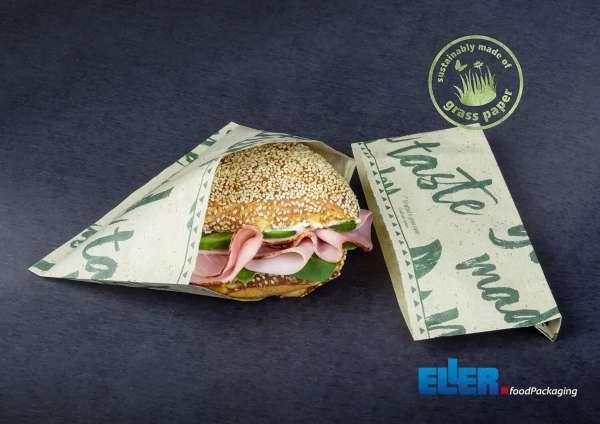 Flexibel einsetzbare Snacktüte aus nachhaltigem Graspapier gefüllt mit belegtem Brötchen.